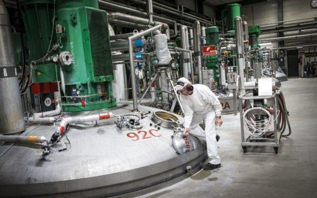 Fermentation-tank.-A-Novozymes'-operator-inspecting-a-fermentation-tank-at-Novozymes'-site-in-Kalundborg-Denmark.-640x400.jpg